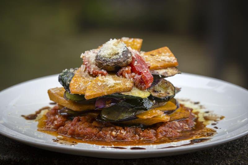Gemüsestapel - Kürbis, Zucchini, roter spanischer Pfeffer, Aubergine und Pilz kochten in einer Tomate, in einer Zwiebel und in ei stockbilder