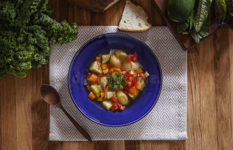 Gemüsesuppe des hellen Winters in der blauen Schüssel stockbild