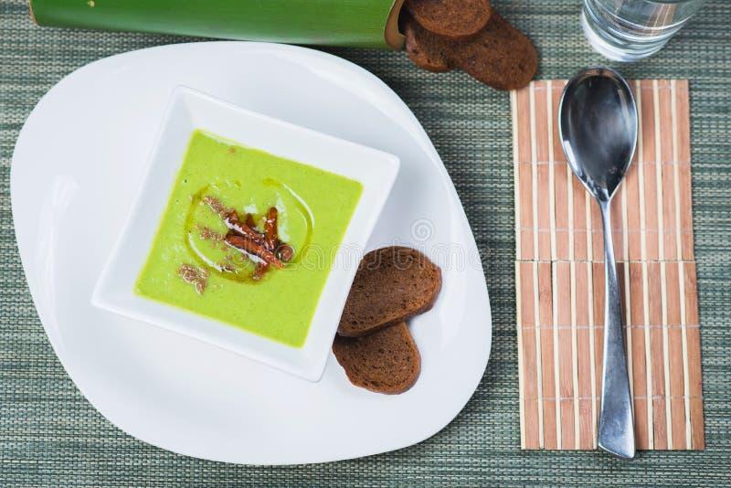 Gemüsesuppe mit Bambusschossen stockfotografie