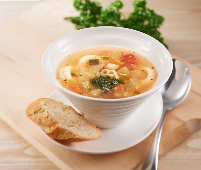 Gemüsesuppe mit Brot stockfoto