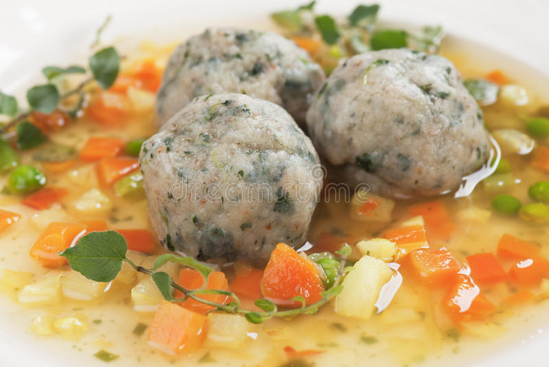 Gemüsesuppe mit Brotmehlklößen stockfoto