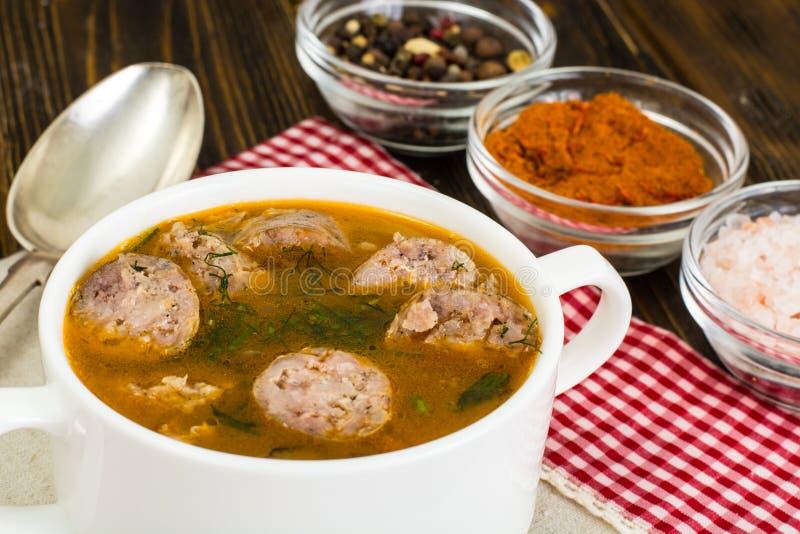 Gemüsesuppe mit Curry und Wurst stockfoto