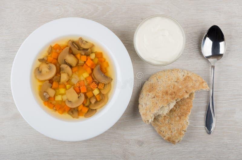 Gemüsesuppe mit Pilzen, Sauerrahm in der Schüssel, Pittabrot lizenzfreie stockfotos
