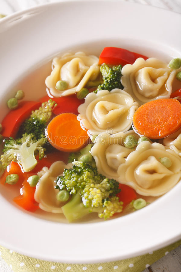 Gemüsesuppe mit Tortellininahaufnahme vertikal stockbilder