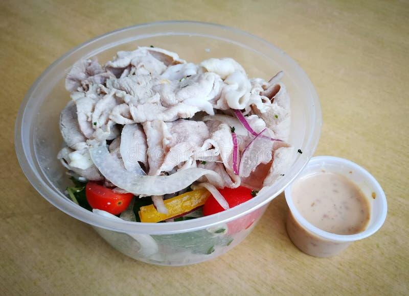 Gemüsetakeaway salat des feinschmeckerischen japanischen Schweinefleisch lizenzfreies stockfoto