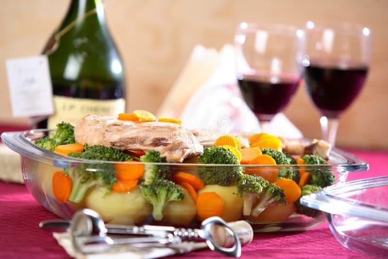 Gemüseteller mit Wein stockfotografie