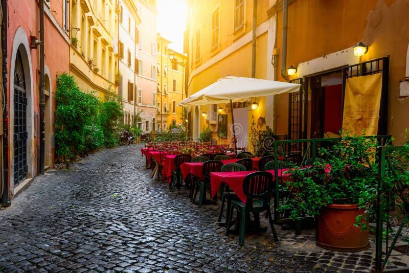 Gemütliche alte Straße in Trastevere in Rom stockbild