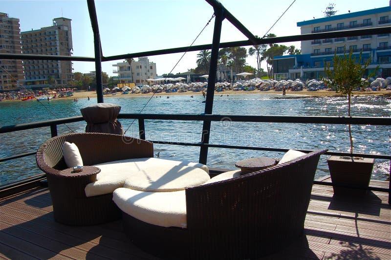 Gemütliche Bar in dem Meer durch ein Luxushotel in Zypern lizenzfreies stockfoto
