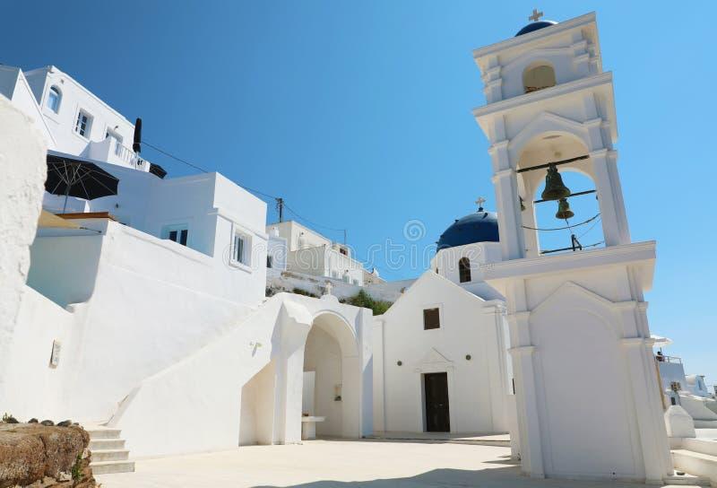 Gemütliche Ecke in Santorini mit typischer Kirche im Dorf von Imerovigli, Griechenland stockfotografie