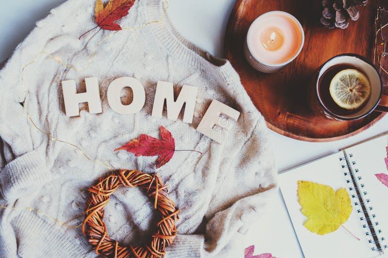 gemütliche Herbsttabelle, Draufsicht von Stilllebendetails in hygge Art auf weißem Hintergrund lizenzfreies stockfoto