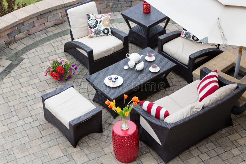 Download Gemütliche Patio Möbel Auf Luxuspatio Im Freien Stockfoto   Bild  Von Unterhalten, Haus