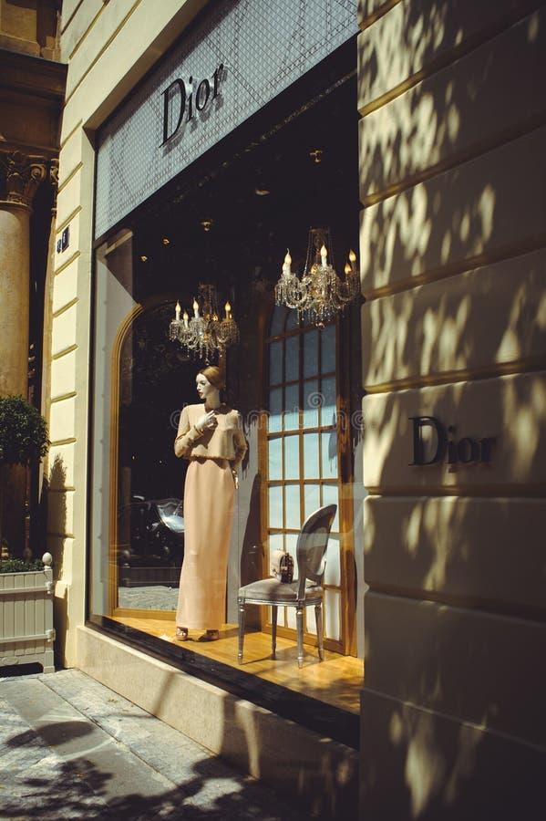 Gemütliche und schöne touristische Straße der alten Architektur wird, ein Schaukasten von Dior-Shops und Spielplätze gehandelt lizenzfreies stockbild