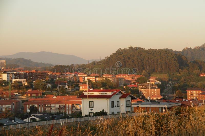 Gemütliche warme Stadt in Spanien auf Sonnenuntergang lizenzfreie stockfotos