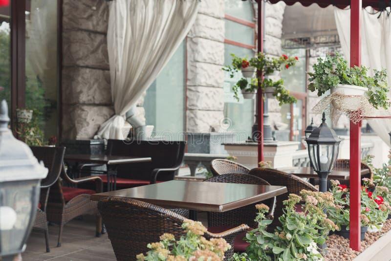 Gemütlicher hölzerner Innenraum der Caféterrasse, Kopienraum lizenzfreies stockbild