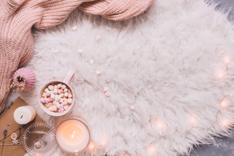 Gemütlicher Hintergrund Becher heißer Kakao oder heiße Schokolade mit marshmal lizenzfreie stockfotografie