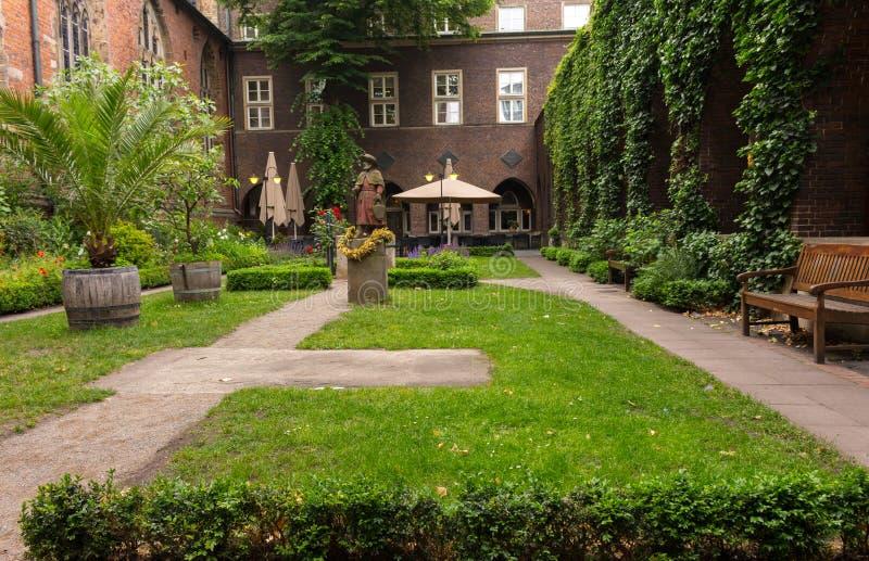 Gemutlicher Hinterhof Im Alten Europaischen Haus Ruhiges