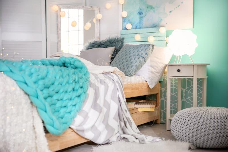 Gemütlicher Rauminnenraum mit Bett lizenzfreies stockbild