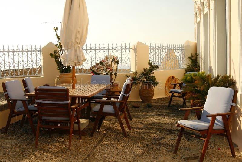 Gemütlicher romantischer Balkon in einem Haus in Griechenland stockfotografie