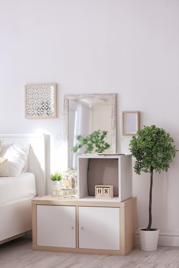 Gemütlicher Schlafzimmerinnenraum mit der Facheinheit benutzt stockfoto