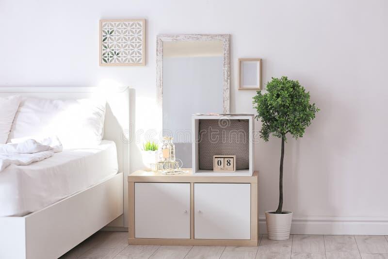 Gemütlicher Schlafzimmerinnenraum mit der Facheinheit benutzt lizenzfreie stockbilder