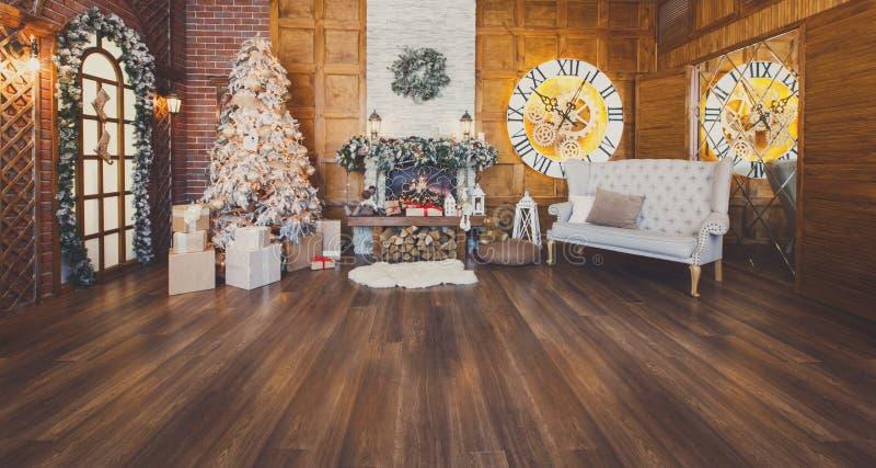 Gemütlicher Weihnachtsinnenraum mit Tannenbaum und -kamin lizenzfreies stockbild