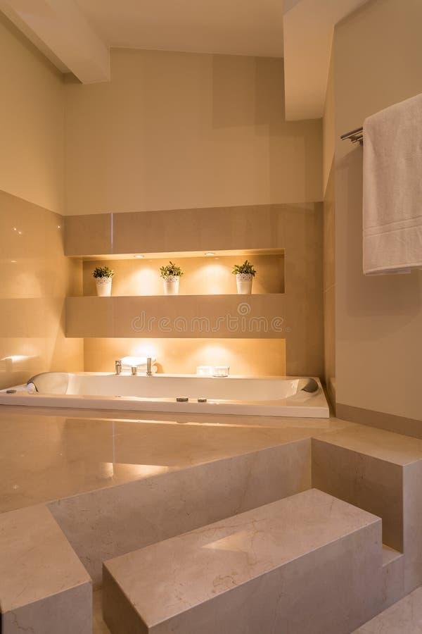 Gemütliches Badezimmer Im Wohnsitz Stockbild - Bild von lebensstil ...