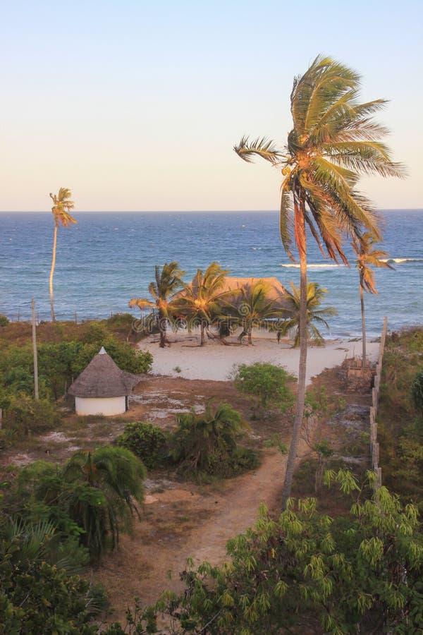Gemütliches Erholungsorthaus mit Kokosnussbäumen auf den Ufern des Indischen Ozeans in Kenia stockbild