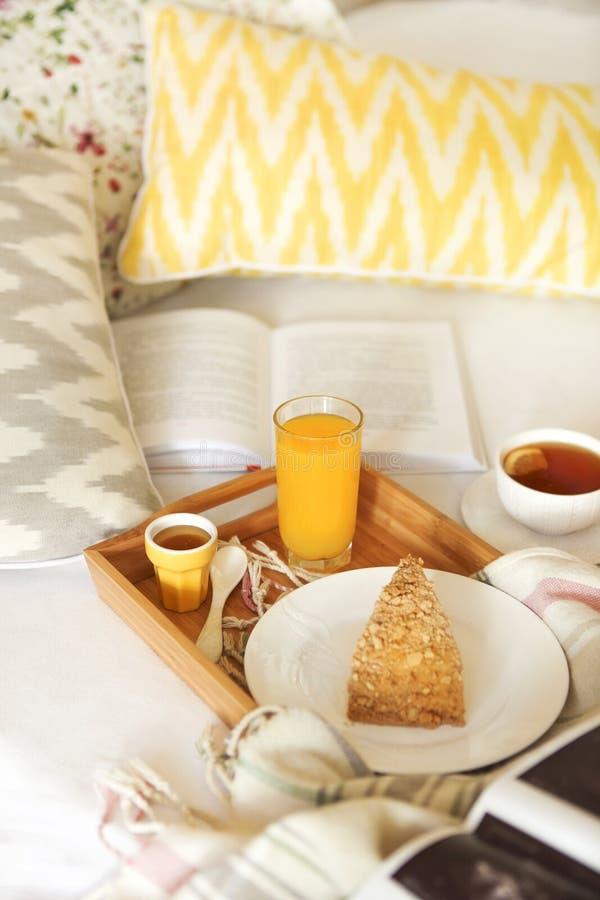Gemütliches Frühstück im Bett mit Tee lizenzfreies stockbild