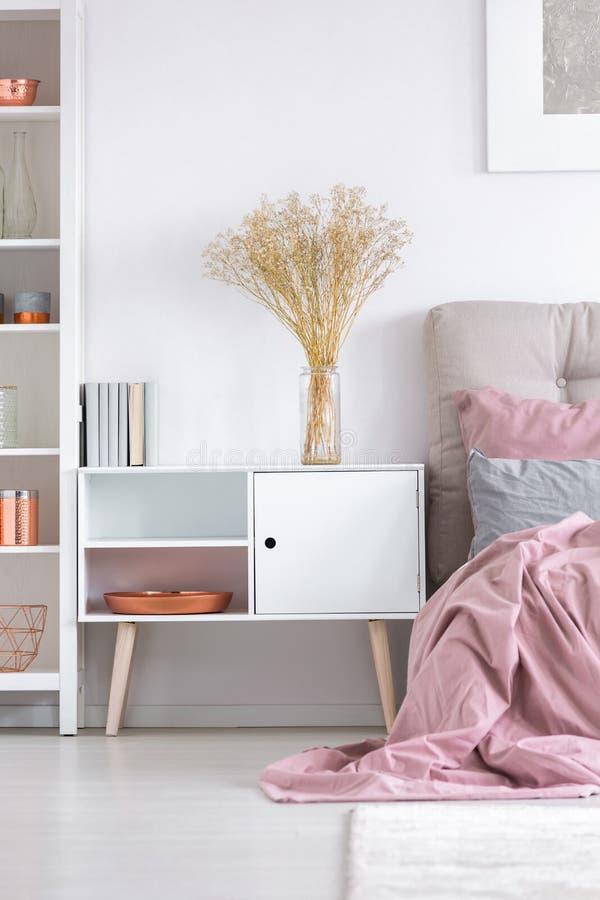 Gemütliches Schlafzimmer Mit Weißem Schrank Stockfoto - Bild von ...