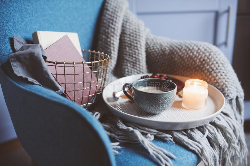 Gemütliches Winterwochenende zu Hause Morgen mit Kaffee oder Kakao, Bücher, wärmen gestrickten umfassenden und nordischen Artstuh lizenzfreie stockfotos