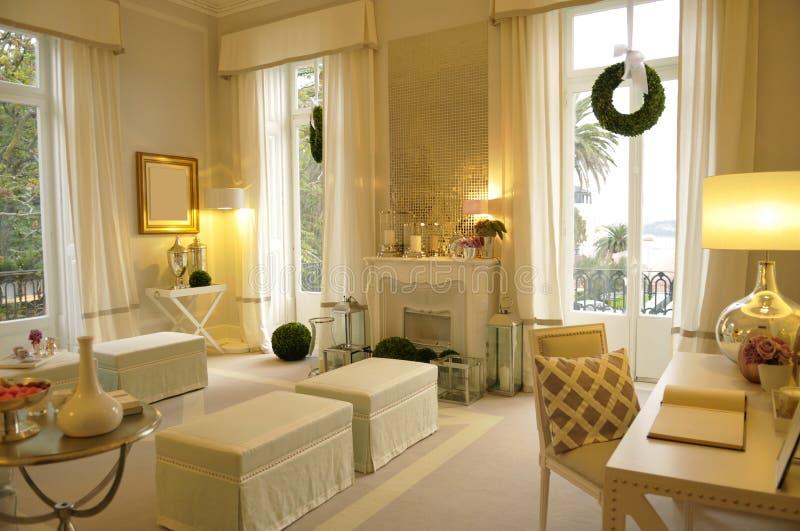 Gemütliches Wohnzimmer stockfoto. Bild von bereich, decke - 25783348