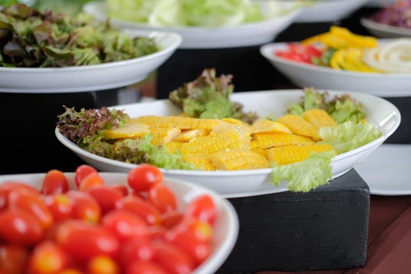 Gem?senahrungsmittelbuffetverpflegung im Restauranthotel Essen des Speisens im Bankett lizenzfreies stockbild