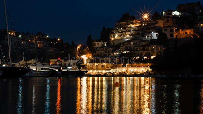 Gema mediterrânea: O porto principal de Syvota na noite imagens de stock royalty free