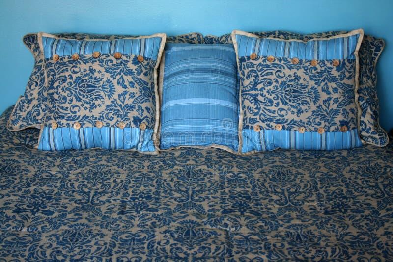 Gemaakt Bed met hoofdkussens royalty-vrije stock afbeelding
