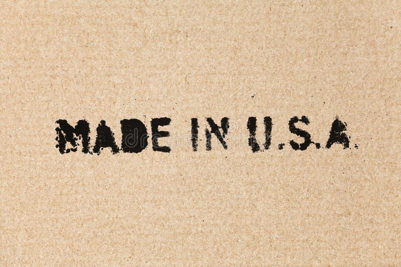 Gemacht in USA. Schwarzer Aufkleber auf brauner Pappe lizenzfreie stockfotografie