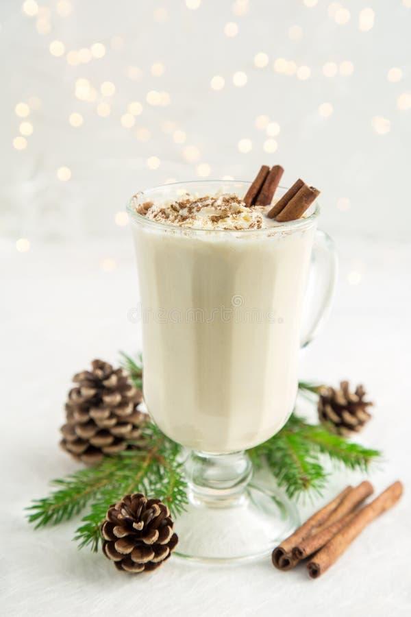 Gemada da bebida do Natal com chantiliy e canela fotos de stock