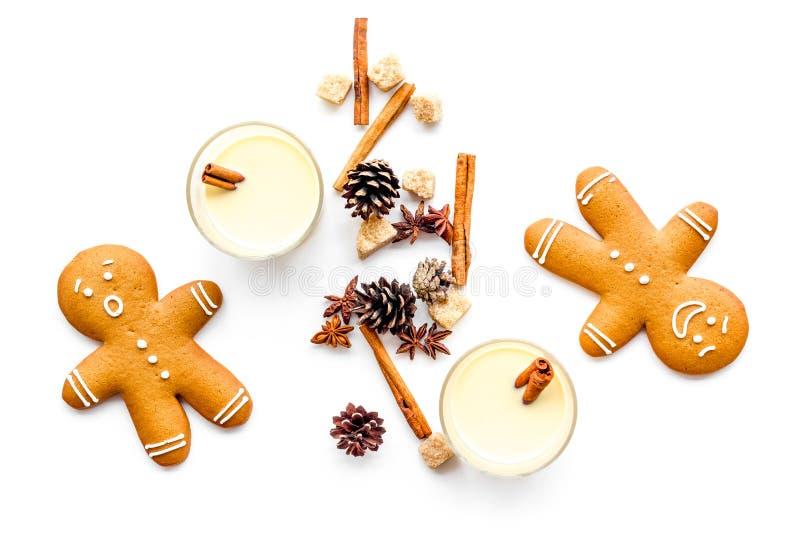 Gemada para a noite do Natal Dois vidros perto da cookie do gignerbread na opinião superior do fundo branco imagens de stock