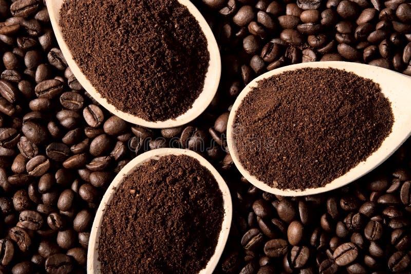 Gemahlener Kaffee auf Kaffeebohnen stockfoto
