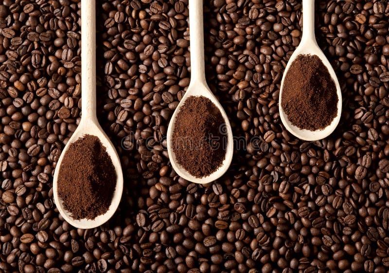 Gemahlener Kaffee auf Kaffeebohnen lizenzfreies stockfoto