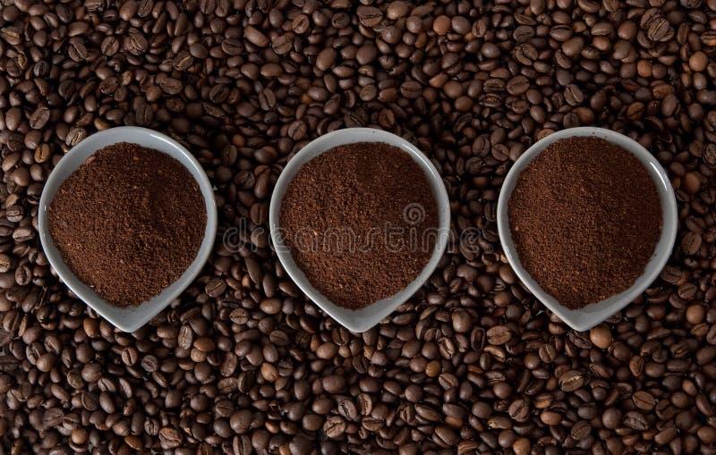 Gemahlener Kaffee auf Kaffeebohnen stockfotos