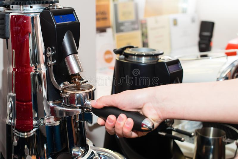 gemahlener Kaffee im Halter stockfotografie