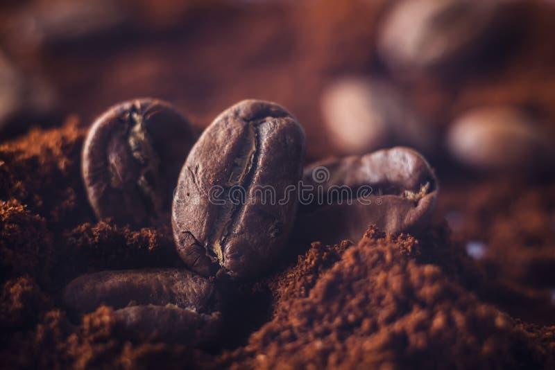 Gemahlener Kaffee und Kornmakroschuß Rauch frisch von den Röstkaffeebohnen stockbild