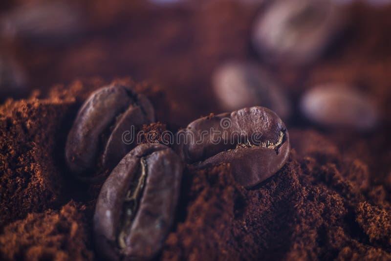 Gemahlener Kaffee und Kornmakroschuß Rauch frisch von den Röstkaffeebohnen stockfoto