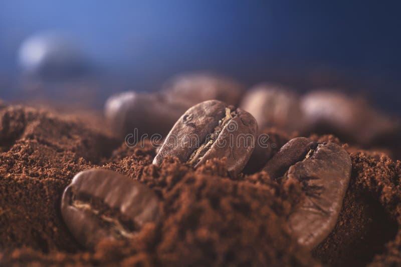 Gemahlener Kaffee und Kornmakroschuß Rauch frisch von den Röstkaffeebohnen stockfotos