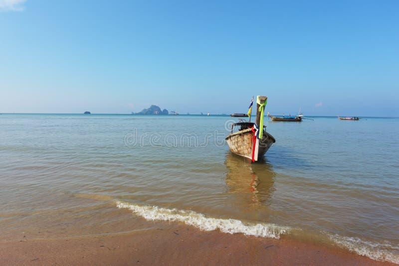 Gemakkelijk boot gelaten vallen anker Longtail in strandzand stock foto's