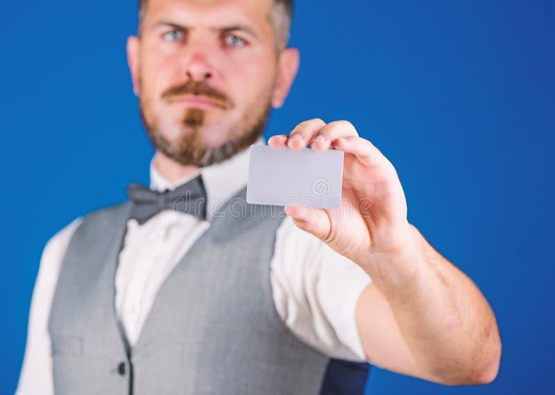 Gemakkelijk geldkrediet Van de de greep lege kaart van mensen de gebaarde hipster blauwe achtergrond Neem deze kaart Maak winkele royalty-vrije stock foto