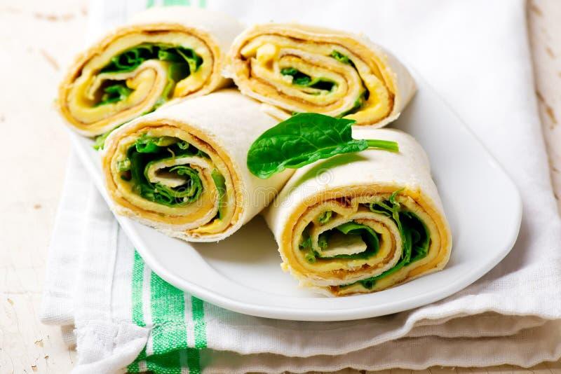 Gemakkelijk Ontbijt broodje-UPS met omelet, kaas en spinazie stock afbeeldingen