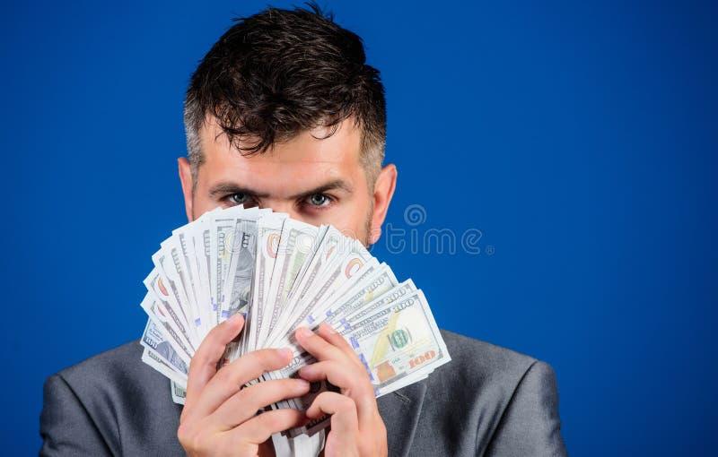 Gemakkelijke contant geldleningen Zakenman geworden contant geldgeld Rijkdom en welzijnsconcept Krijg contant geldgeld gemakkelij stock afbeeldingen