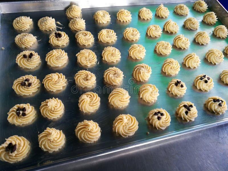 Gemakkelijke en Heerlijke eigengemaakte boterkoekjes op het dienblad van het metaalbaksel, ruw koekje klaar om bovenste laagje me royalty-vrije stock foto