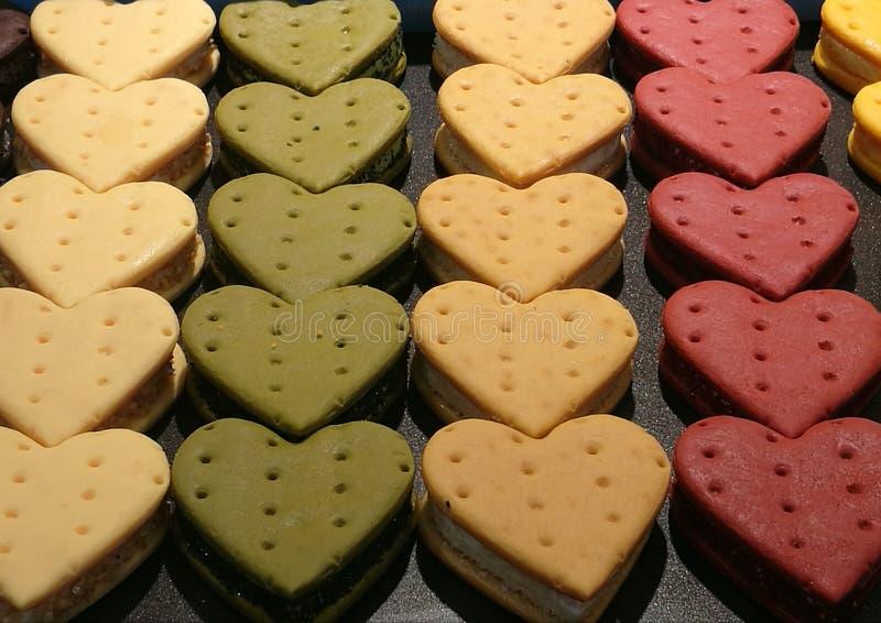 Gemakkelijke en Heerlijke eigengemaakte koekjes, buttercream aardbei en groene thee in hartvorm voor Valentine-gift, de koekjes v stock afbeeldingen